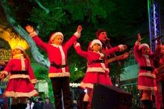 As crianças cantam canções do Natal imagem de stock