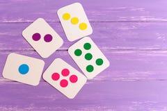 As crianças coloriram cartões flash no fundo de madeira lilás com espaço da cópia para o texto Imagem de Stock Royalty Free