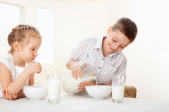 As crianças comem o café da manhã Fotos de Stock