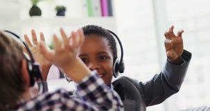 As crianças como o cliente importam-se o executivo que trabalha na mesa 4k video estoque