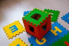 As crianças confundem com letras no fundo de madeira cinzento, conceito da educação escolar, Fotografia de Stock