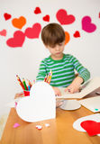 As crianças contrataram em artes do dia de Valentim com corações Imagens de Stock