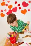 As crianças contrataram em artes do dia de Valentim com corações Fotos de Stock