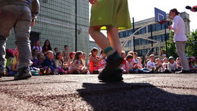 As crianças de escola primária estão olhando as habilidades ativas dos artistas video estoque