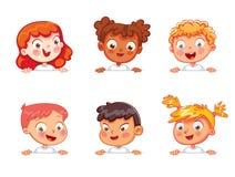 As crianças de nacionalidades diferentes estão guardando o cartaz vazio ilustração stock