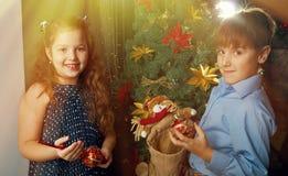 As crianças decoram a árvore de Natal Fotografia de Stock