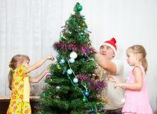 As crianças decoram a árvore de Natal Fotos de Stock Royalty Free