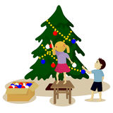 As crianças decoram a árvore de Natal Imagem de Stock Royalty Free
