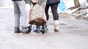 As crianças desabrigadas vão para a água vídeos de arquivo