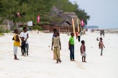 As crianças desconhecidas que jogam em Paje encalham, Zanzibar fotos de stock