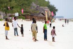 As crianças desconhecidas que jogam em Paje encalham, Zanzibar imagens de stock