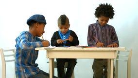 As crianças desenham na tabela vídeos de arquivo