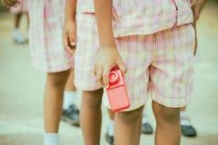 As crianças do jardim de infância preparam-se para o exercício fotografia de stock royalty free