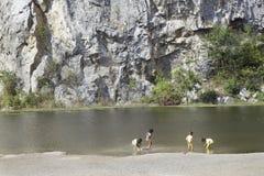 As crianças do menino e da menina jogam o lado do divertimento do lago Fotografia de Stock Royalty Free
