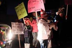 As crianças em chapéus de Seuss guardam sinais para a parada do feriado Fotos de Stock Royalty Free