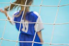 As crianças em equipes azuis treinam e jogam o futebol no salão imagens de stock royalty free