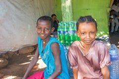 As crianças em Etiópia na frente da casa Imagens de Stock Royalty Free
