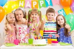 As crianças em idade pré-escolar das crianças comemoram a festa de anos Foto de Stock Royalty Free
