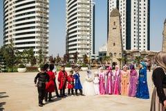 As crianças em trajes nacionais na flor estacionam Imagem de Stock Royalty Free