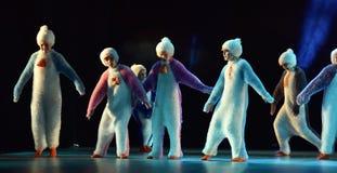 As crianças em um terno dos pinguins dançam em uma fase, danc do ` s das crianças foto de stock royalty free