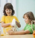 As crianças engraçadas da família feliz estão preparando a massa, cozem cookies dentro Imagens de Stock Royalty Free