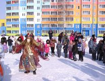 As crianças engraçadas dançam no inverno na rua imagens de stock