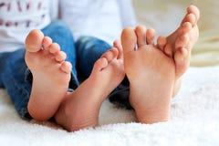 As crianças engraçadas pagam são descalças, close up Fotos de Stock