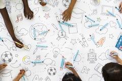 As crianças entregam guardar os lápis coloridos que pintam no papel de desenho da arte Fotos de Stock Royalty Free