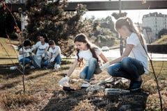 As crianças espertas alegres que participam no eco projetam-se imagens de stock