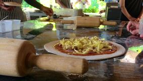 As crianças estão aprendendo como cozer a pizza do pão filme