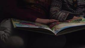 As crianças estão considerando um livro filme