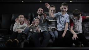 As crianças estão enganando no cinema video estoque