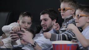 As crianças estão enraizando para o paizinho no jogo em um smartphone filme