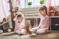 As crianças estão jogando com blocos fotografia de stock royalty free