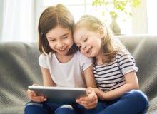 As crianças estão jogando com tabuleta foto de stock royalty free