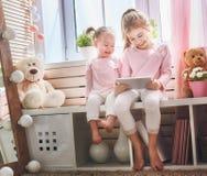 As crianças estão jogando com tabuleta fotos de stock royalty free