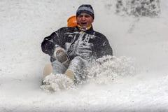 As crianças estão jogando na neve Imagens de Stock Royalty Free
