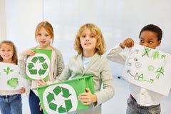 As crianças estão planejando um projeto de reciclagem imagens de stock royalty free