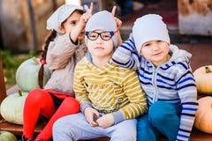 As crianças estão pondo-se chifres do ` s fotografia de stock royalty free