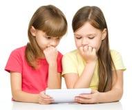 As crianças estão usando a tabuleta fotografia de stock royalty free