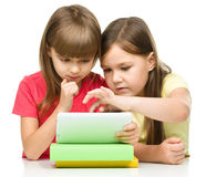 As crianças estão usando a tabuleta imagem de stock royalty free