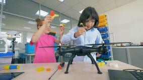 As crianças estudam a ciência da tecnologia - zangões, helicópteros, aicrafts 4K vídeos de arquivo