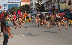 As crianças executam no carnaval do anuário de Sihanoukville Foto de Stock