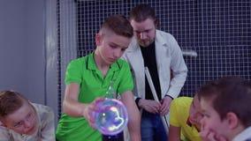As crianças exploram a bobina de Tesla no museu científico video estoque