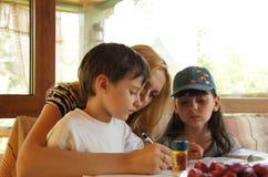 As crianças fazem seus trabalhos de casa fotos de stock royalty free