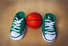 As crianças feitas malha calçam com bola da cesta fotografia de stock royalty free