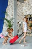 As crianças felizes embalaram uma mala de viagem em uma viagem Conceito, lifestyl Fotos de Stock Royalty Free