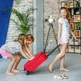 As crianças felizes embalaram uma mala de viagem em uma viagem Conceito, lifestyl Imagens de Stock