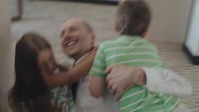 As crianças felizes encontram o pai Who Returns Home do trabalho vídeos de arquivo