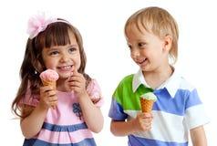 As crianças felizes juntam a menina e o menino com o gelado Fotografia de Stock Royalty Free